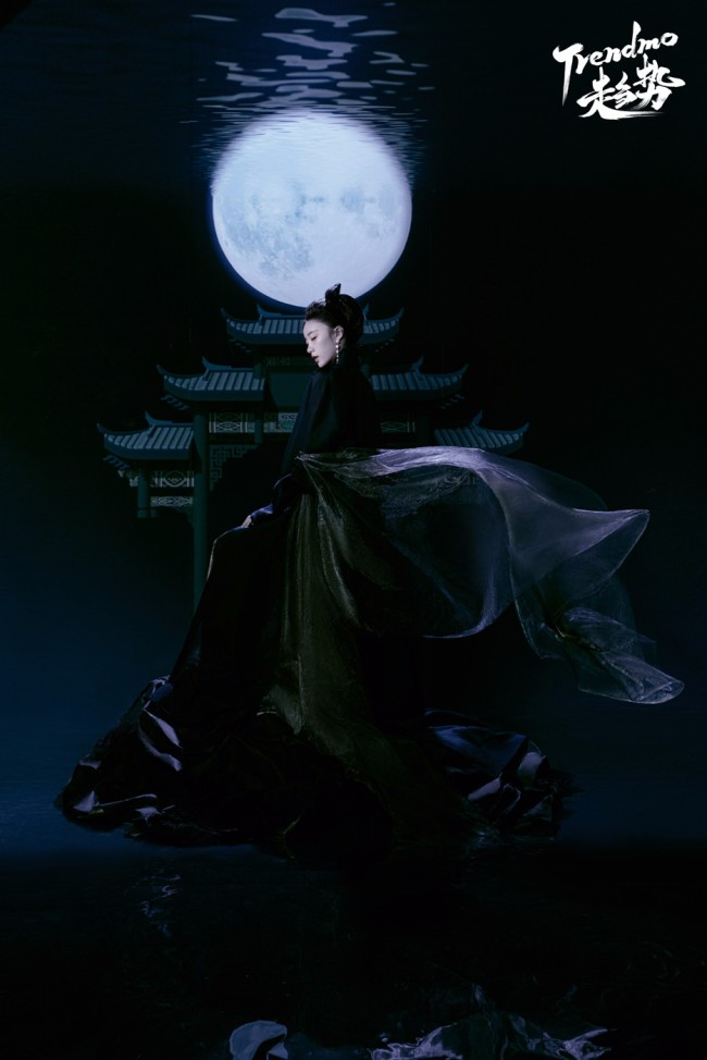 张月清辉暗影大片露出 国风造型勾勒袅娜身姿