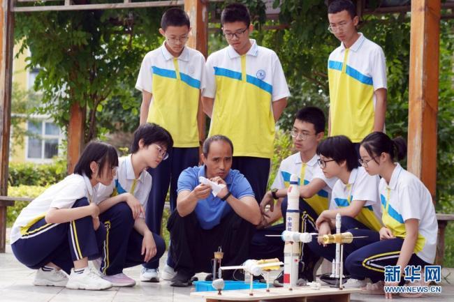 """河北邢台举行""""首席科技辅导员进百校""""活动 激发少年对科学的浓厚兴趣"""