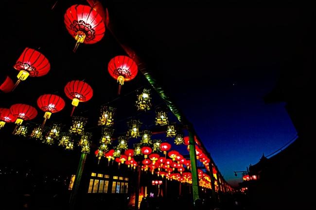梁山好汉怎么过春节?正月初一摆宴席,元宵节赏花灯