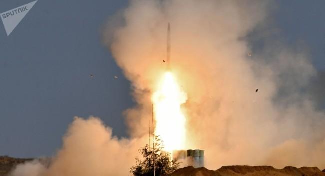 """俄军向多国武官展示S-400和""""铠甲""""系统战斗发射"""