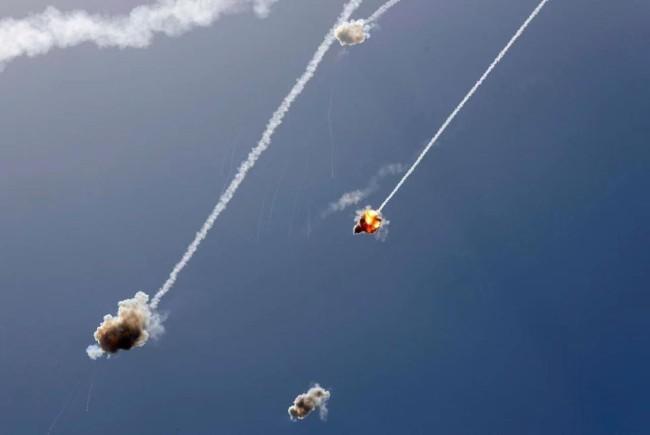 加沙地区火箭弹满天飞,宛如放烟花