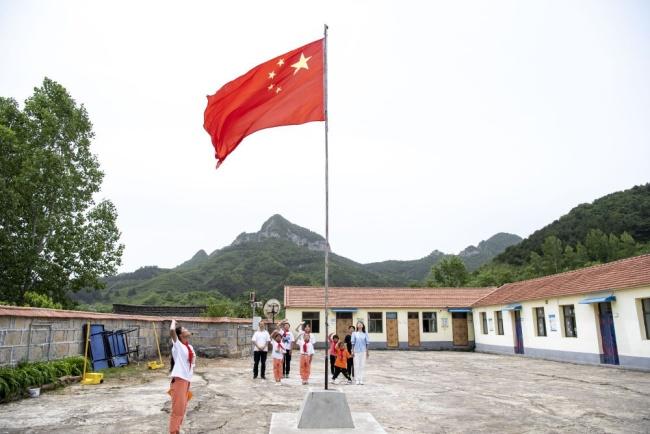 """6月2日,位于山西省陵川县古郊乡的马武寨寄宿制小学举行升旗仪式。这所""""麻雀小学""""只有7名学生,是方圆几十公里内唯一的学校。新华社记者 杨晨光 摄"""
