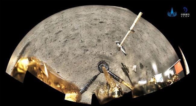 国家航天局12月4日公布的照片中,嫦娥五号探测器携带的一面由新材料制成、仅12克的五星红旗展示在月球表面。新华社发(国家航天局供图)