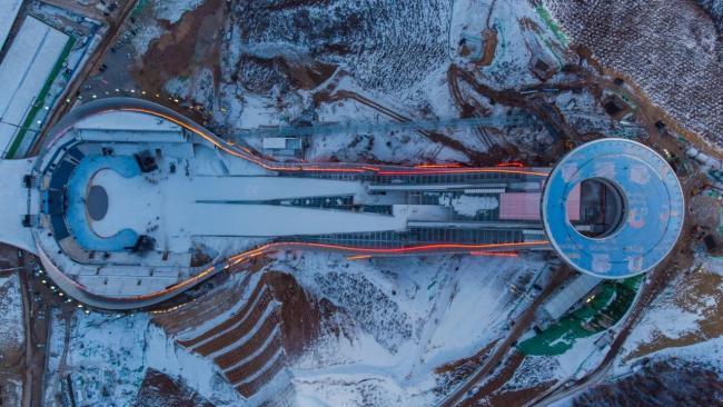 """△2020年12月19日,河北张家口,雪后的冬奥会国家跳台滑雪中心""""雪如意""""。即将到来的2022冬奥会促进京津冀三地经济社会协同发展,产生了1+1+1>3的效果。"""