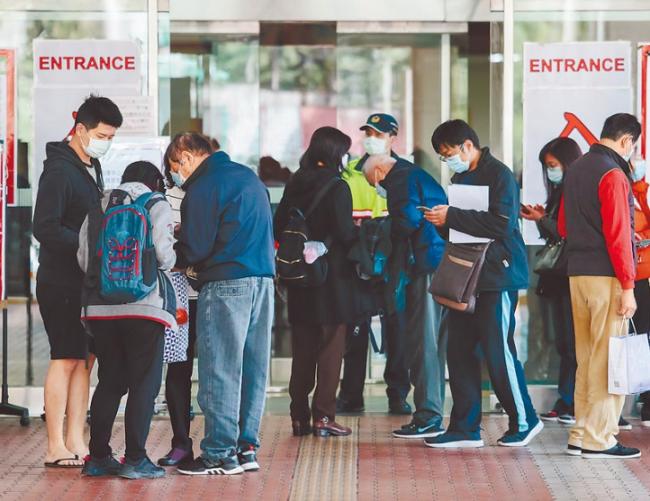 ▲疫情持续扩大,台当局加强医院门禁管控。(图片源自台媒)