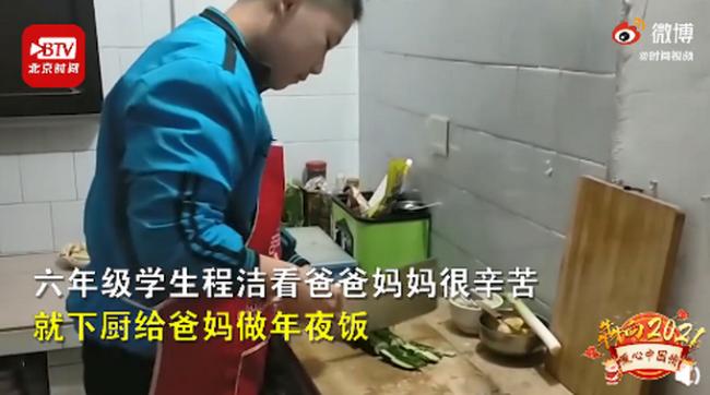 看爸爸妈妈很辛苦12岁男孩独自做9菜1汤年夜饭