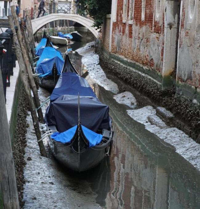 """贡多拉船搁浅在淤泥 """"水城""""威尼斯没水了!"""