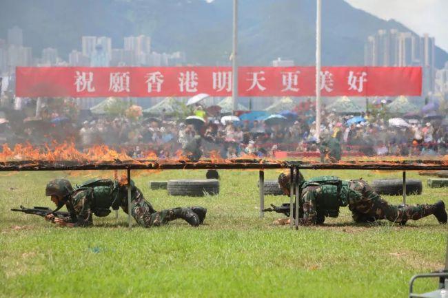 ▲2019年6月30日,香港,解放军驻港部队特种兵进行猎人战斗表演。(视觉中国)