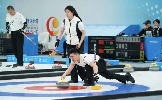 """""""相约北京""""冰上项目测试活动冰壶比赛夜战冰立方"""