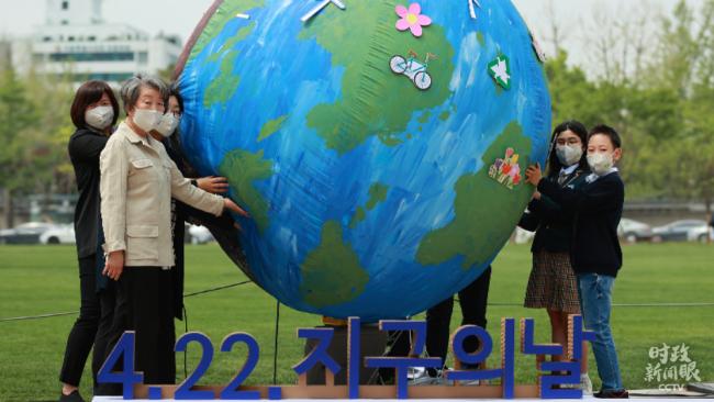 """时政新闻眼丨习近平出席领导人气候峰会,首次提出构建""""人与自然生命共同体"""""""