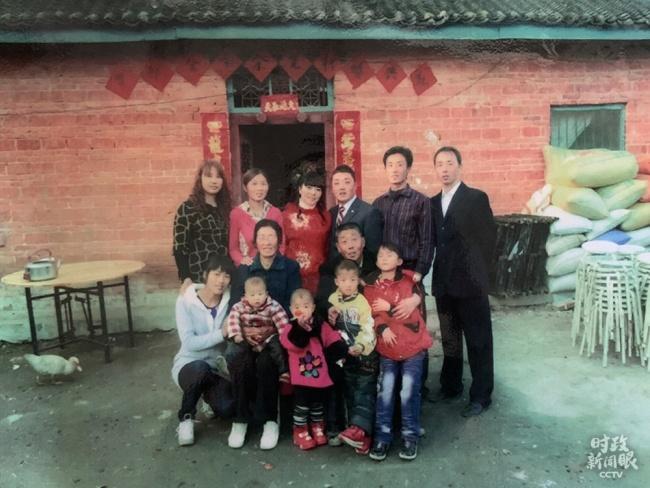 △这是邹新曾一家在2010年的合影,当时住的老房子是90平方米。(总台央视记者邢彬拍摄)