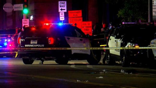 美国两人因口角在人群中拔枪互射,致2死8伤