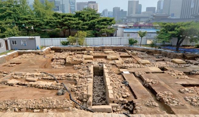 韩国出土150年前宫廷厕所:可以10人共用