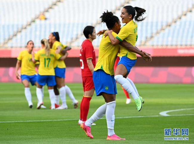7月21日,巴西队球员黛比娅(右一)与队友在比赛中庆祝进球。