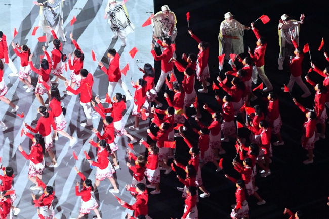 中国奥运代表团入场 红白配色着装格外亮眼(图)