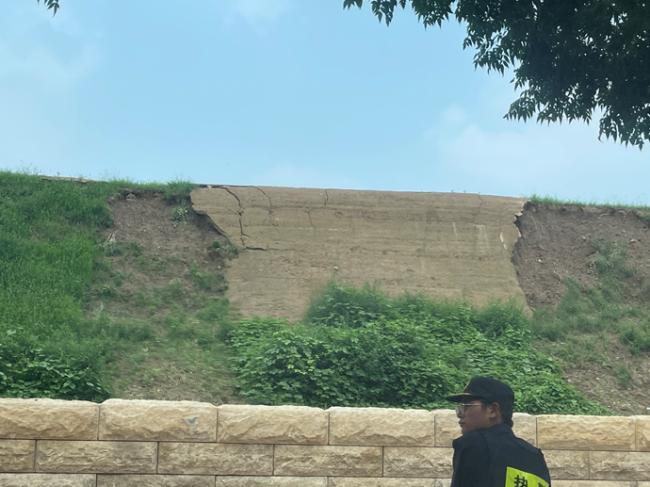 △郑州商城遗址墙体剥落 中间平整墙面为未剥落段 包裹里面的墙体本体没有受损