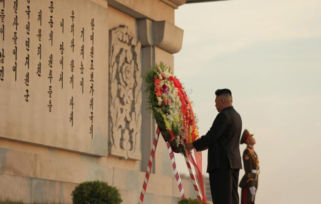 金正恩参谒中朝友谊塔 向中国志愿军烈士致敬(图)