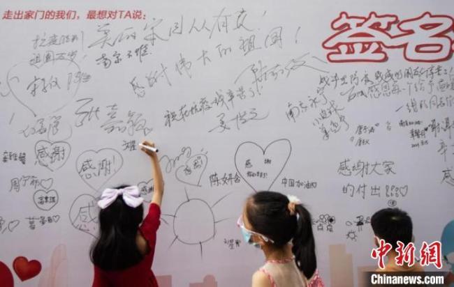 连日来,南京多个小区解封恢复正常,当地疫情正在趋稳向好。 泱波 摄