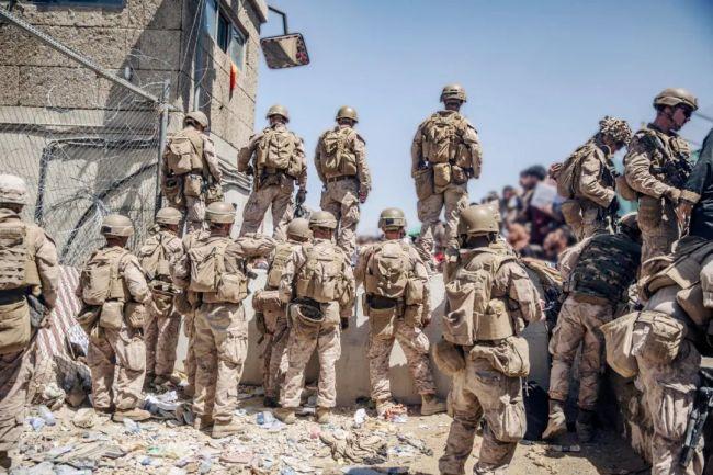 当地时间2021年8月26日,阿富汗喀布尔,美军在机场协助撤离人员。图/IC photo
