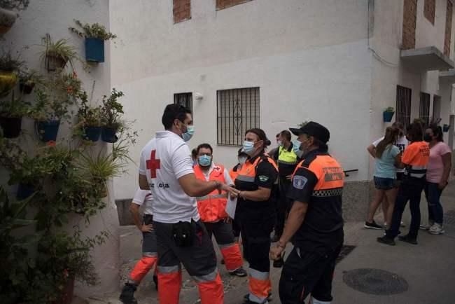 西班牙山火迫使民众撤离:烟雾滚滚 消防工作仍在进行中