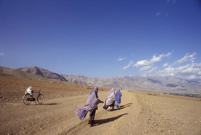 """""""戴面罩""""、""""亲人被杀""""…阿富汗妇女怎么说?"""