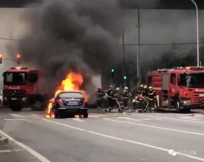 今晨,国贸桥下一轿车突然起火!