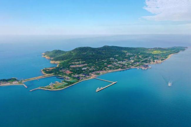 从高空定格威海刘公岛海、山、风、林的美丽画卷
