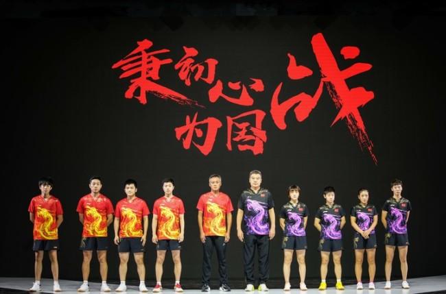 中国乒乓球队出征东京奥运会,刘国梁携手教练运动员亮相合影