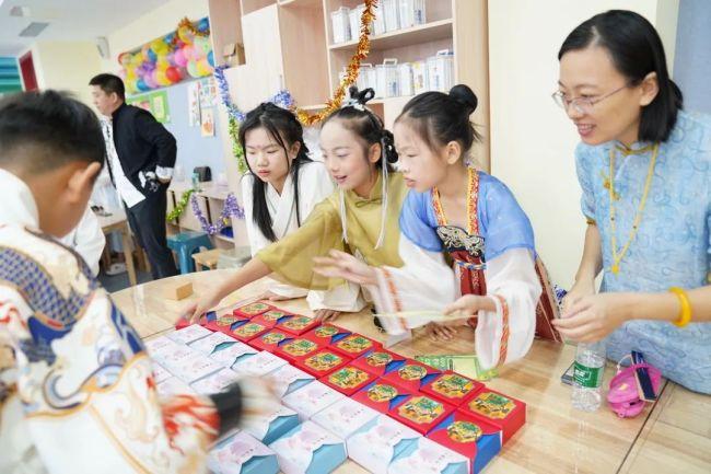穿汉服、做月饼、开诗会、制团扇……济南托马斯学校把中秋节做成系列课