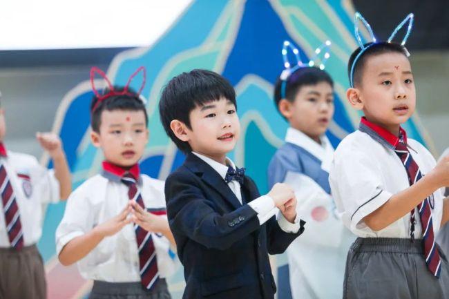 """中英文诵诗、歌唱舞蹈……济南托马斯学校一年级新生站上""""中秋诵诗会""""舞台"""