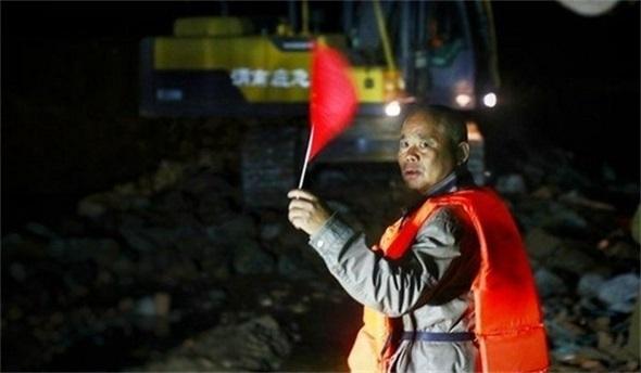 陕西大荔:民兵洪水中游到对岸进行封堵