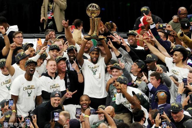 NBA总决赛颁奖仪式:雄鹿捧起总冠军奖杯