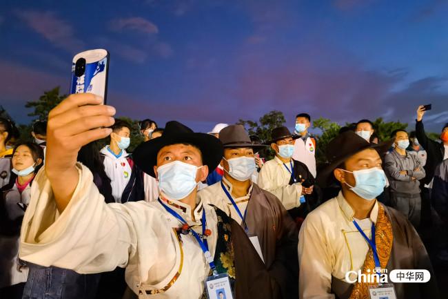 西藏基层干部赴京参观培训班第一期学员,来到在天安门城楼,在东观礼台观看2021年10月1日国庆升旗。(编辑 柳文婷  摄影 赵瑜)
