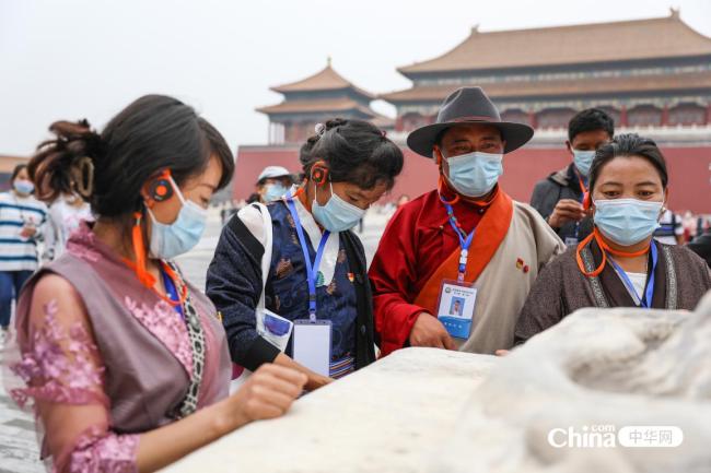 西藏基层干部赴京参观学习班学员与太和殿前的嘉量和日晷。