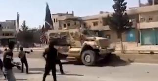 美军被叙利亚民众扔石块