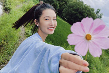 少女!30岁李沁清新靓丽笑容甜